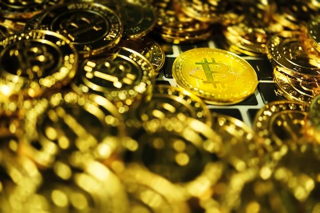 Fond de bitcoin. bitcoin doré sur le clavier.