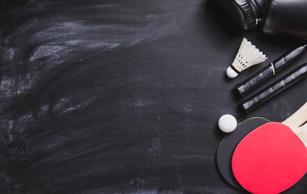 Fond blackboard avec des raquettes de ping-pong et une balle