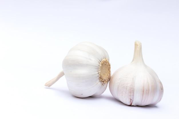 Fond blanc et ail isolé, fond blanc isolé de condiment
