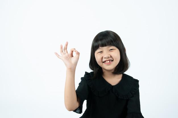Fond blanc, les doigts de l'enfant vont bien.