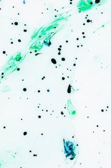 Fond blanc avec des gouttes d'encre colorée