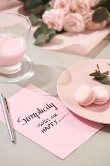 Fond blanc avec des objets roses et blancs