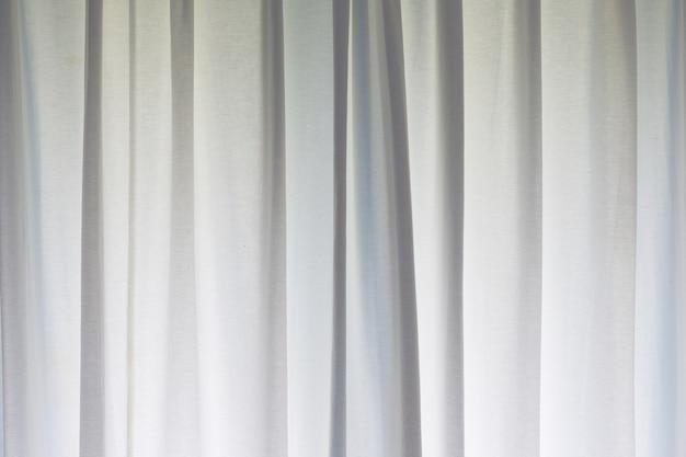 Fond blanc rideau rayé sur la fenêtre