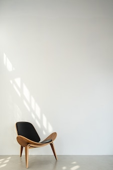Un fond blanc vintage avec un sol et une chaise dans un coin