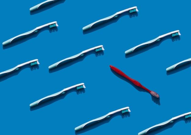 Fond bleu clair avec des brosses à dents modèle dentisterie hygiène buccale caries et soins bucco-dentaires