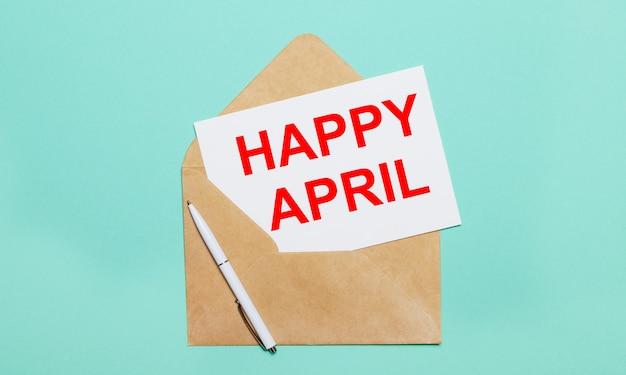 Sur un fond bleu clair se trouve une enveloppe artisanale ouverte, un stylo blanc et une feuille de papier blanc avec le texte happy april
