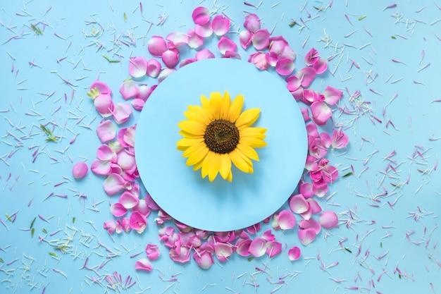 Fond bleu décoratif avec des fleurs