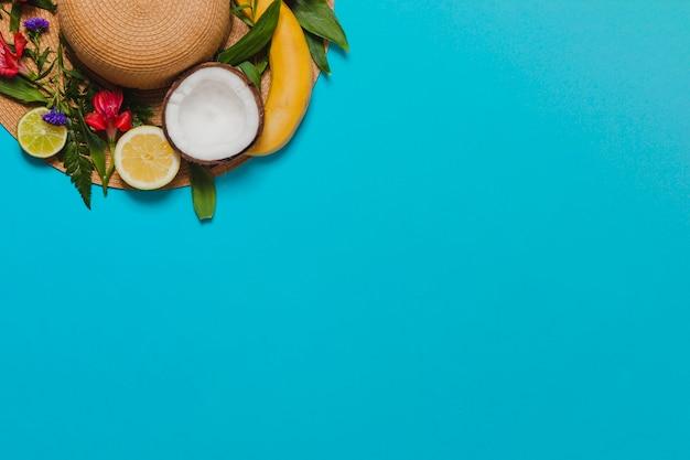 Fond bleu avec décoration et chapeau de fruits