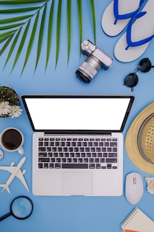 Fond bleu l'été avec un ordinateur portable