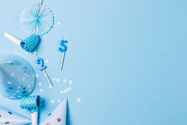 Fond bleu de fête d'anniversaire avec différents accessoires de fête.