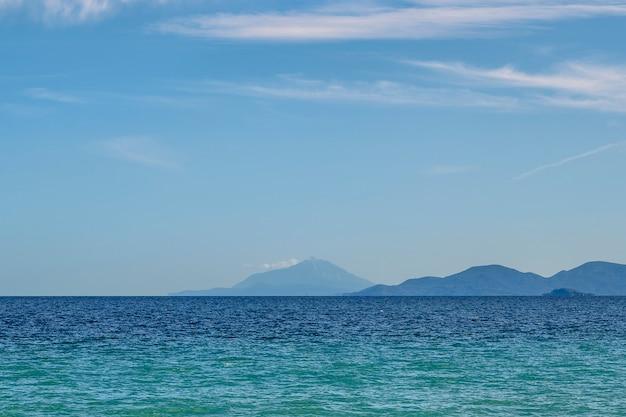 Fond bleu avec les montagnes et la mer en grèce