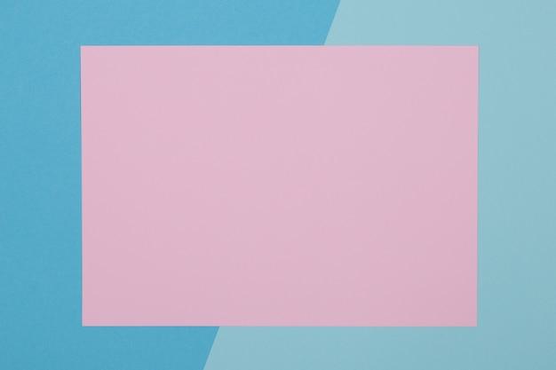 Fond bleu et rose, le papier coloré se divise géométriquement en zones