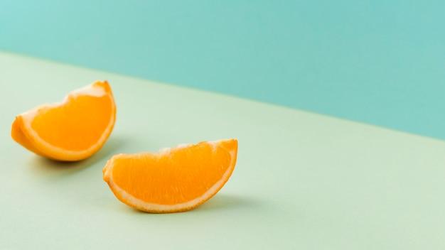 Fond bleu avec des tranches de mandarine coupées