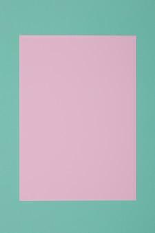 Fond bleu, vert et rose, le papier coloré se divise géométriquement en zones