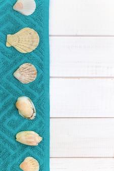 Fond en bois blanc, serviettes de coquillages