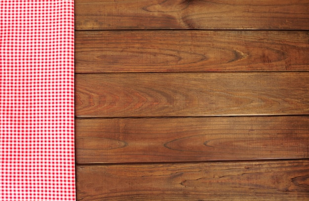 Fond en bois avec bordure en tissu damier rouge et blanc.