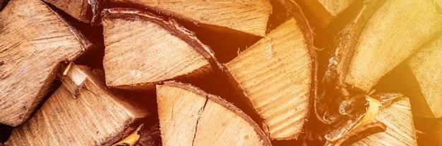 Fond de bois de chauffage texturé de bois haché pour allumer et chauffer la maison. un tas de bois avec du bois de chauffage empilé. la texture du bouleau. bannière. éclater