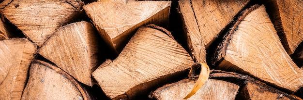 Fond de bois de chauffage texturé de bois haché pour allumer et chauffer la maison. un tas de bois avec du bois de chauffage empilé. la texture du bouleau. bannière