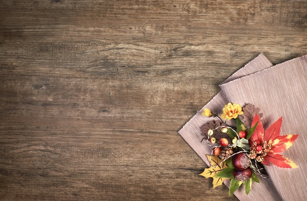 Fond en bois de chêne avec des décorations d'automne