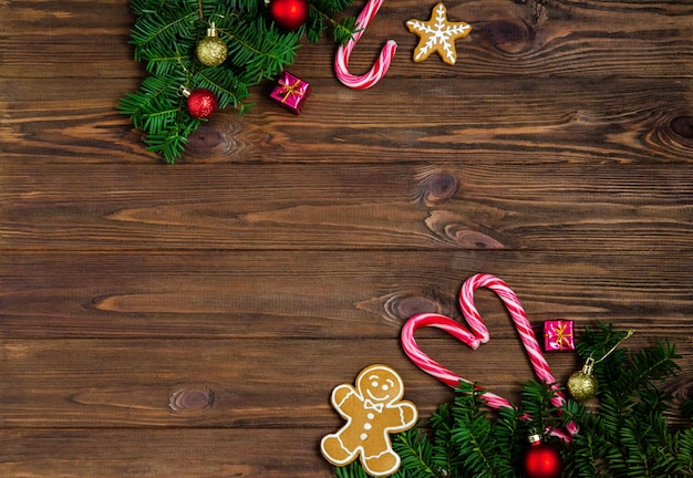 Fond en bois clair de noël ou du nouvel an avec des branches de sapin