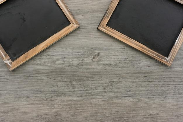 Fond en bois avec deux ardoises