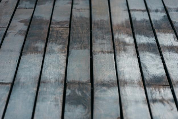 Fond de bois disposés sur des tables anciennes de tons neutres.