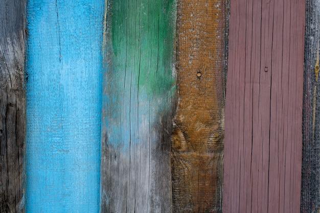 Fond en bois fait de vieilles plaques multicolores