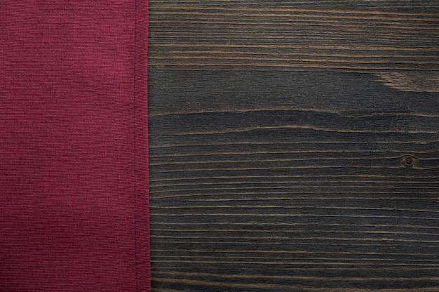 Fond en bois foncé avec serviette rouge