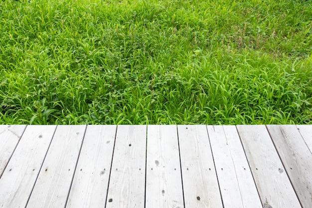 Fond en bois et fond d'herbe.