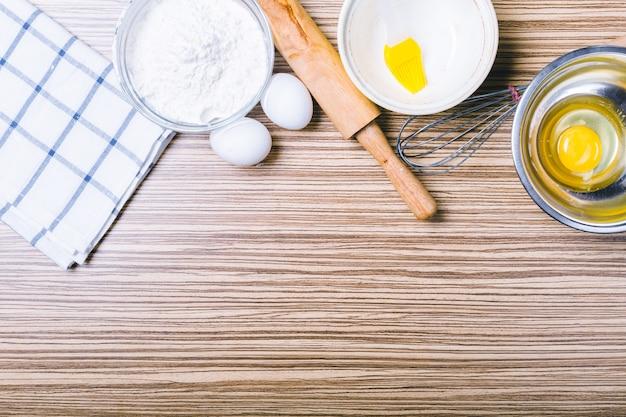 Fond en bois avec des ingrédients de cuisson. vue de dessus.