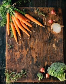 Fond en bois avec des légumes