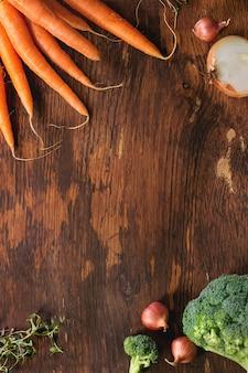 Fond en bois avec légumes