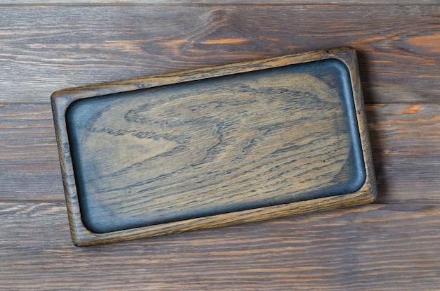 Fond en bois marron fait de planches design. assiette en bois pour manger.