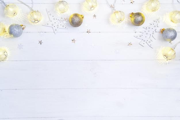 Fond en bois de noël et du nouvel an avec guirlande légère décoration festive dorée