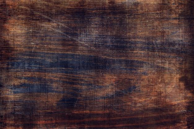 Fond en bois patiné foncé.