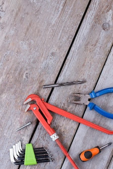 Fond en bois rustique avec différents outils matériels