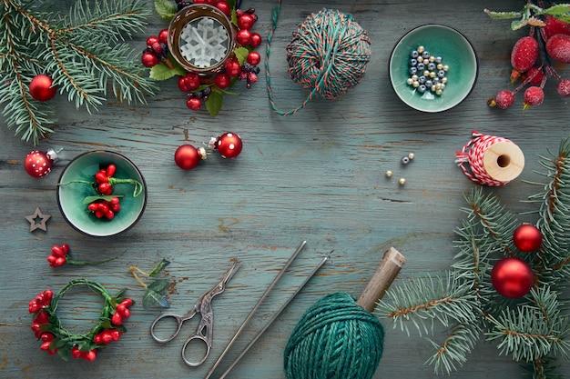 Fond en bois rustique en vert et rouge avec sapin, cadeaux de noël emballés et décorations de noël