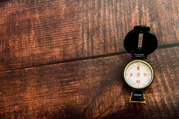 Fond de bois vieux brun isolant un compas de voyage avec espace de copie.