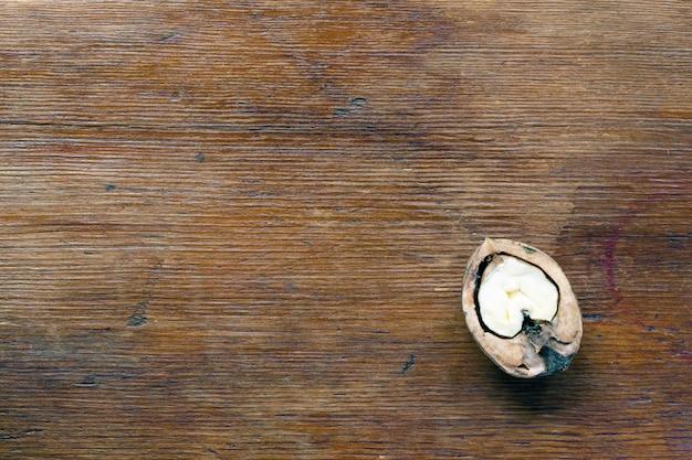 Fond en bois vintage avec demi-noyer dessus