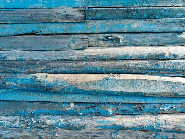 Fond de bois vintage avec peinture bleue écaillée.