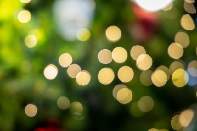 Fond de bokeh avec arbre de noël et lumières