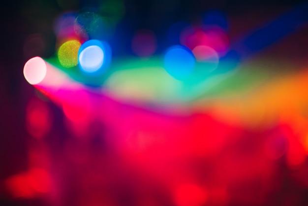 Fond de bokeh coloré avec défocalisé des lumières brouillées dans la nuit.
