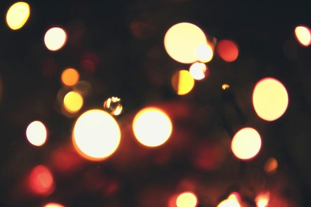 Fond de bokeh multicolore de noël avec des lumières défocalisés.