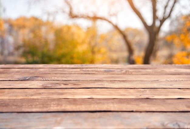 Fond de bokeh nature table en bois vide avec un thème extérieur de pays, modèle maquette pour l'affichage du produit