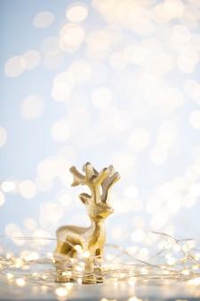 Fond de bokeh or de noël avec étoile décorative. étoiles d'or de noël. motif de noël. fond sur la couleur grise. - image