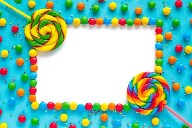 Fond de bonbons arc-en-ciel, maquette de cadre isolé, carte de voeux