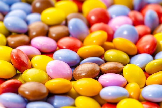 Fond de bonbons au chocolat multicolore. mise au point sélective