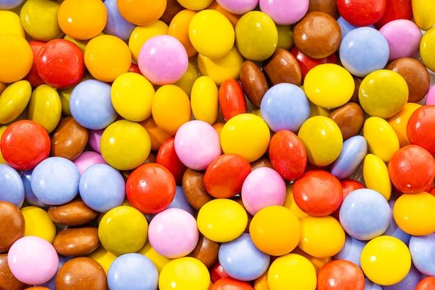 Fond de bonbons au chocolat multicolore. vue de dessus