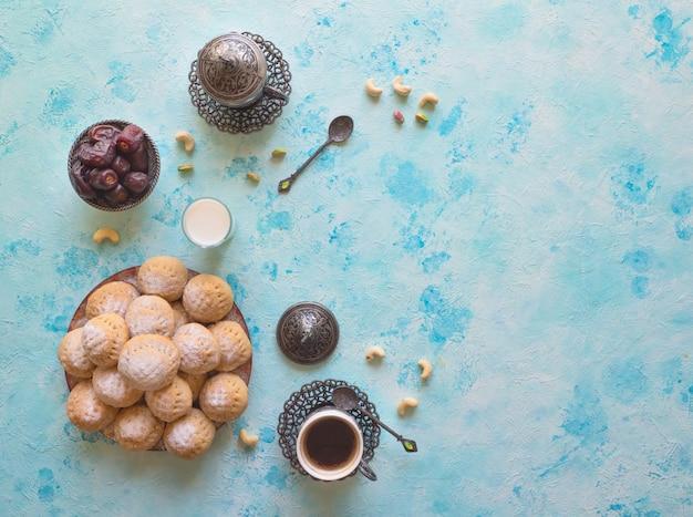 Fond de bonbons ramadan. cookies de la fête islamique el fitr. biscuits égyptiens
