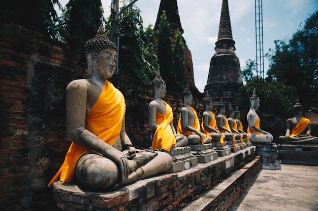 Fond de bouddha de quelques sculptures des temples au nord de la thaïlande dans la ville antique d'ayuthaya